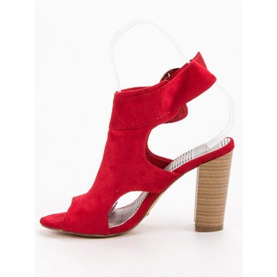 Červené sandále na stĺpci