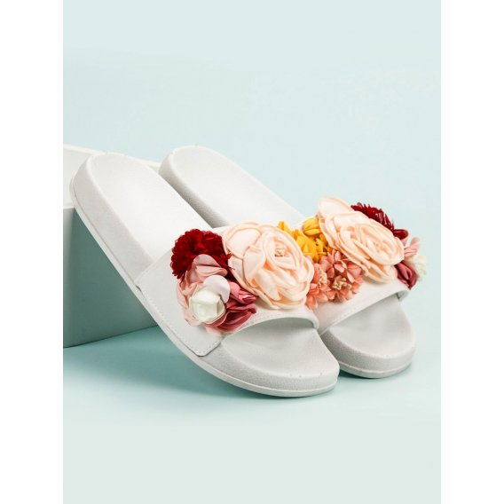 Biele šľapky s kvetinami