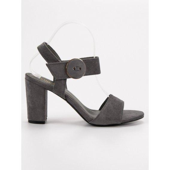 Šedé sandále na stĺpci Vinceza