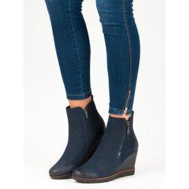 Tmavo modré topánky na kline