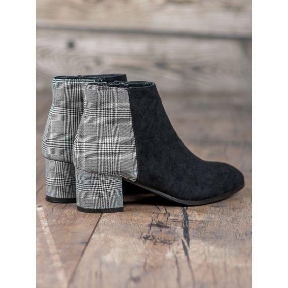Štýlové topánky na stĺpci