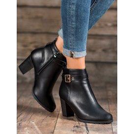 Topánky na stĺpci s prackou