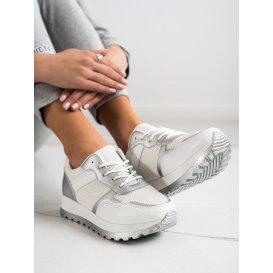 Sneakersy s brokátom na platforme
