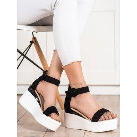 Sandálky na bielom kline